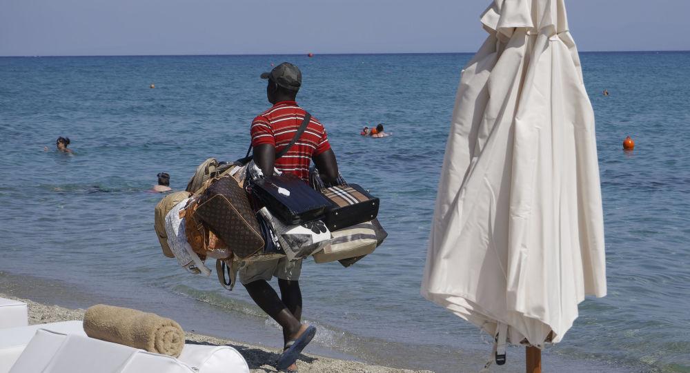 Sprzedawca podróbek na plaży