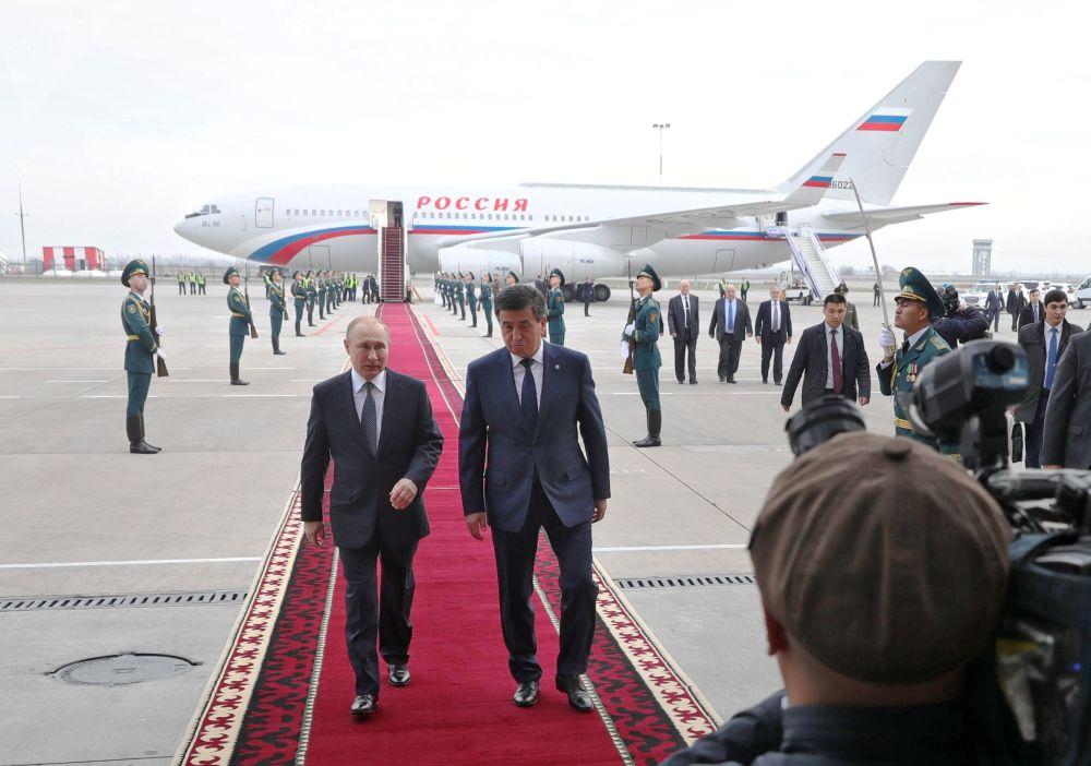 Władimir Putin i prezydent Kirgistanu Sooronbaj Dżeenbekow na lotnisku w Biszkeku