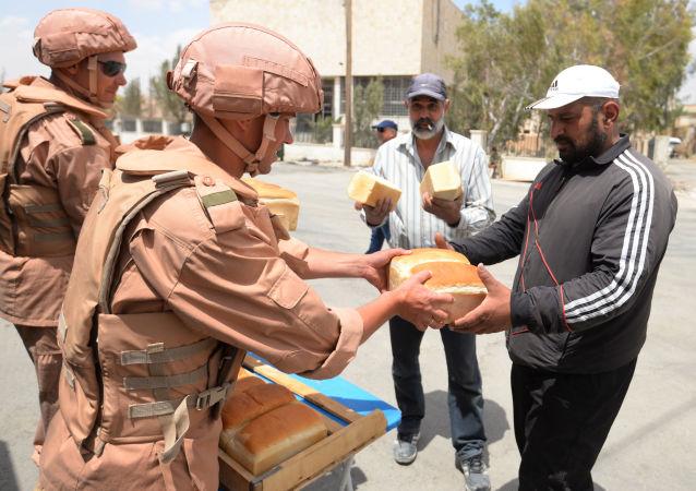 Rosyjscy żołnierze rozdają chleb w Syrii