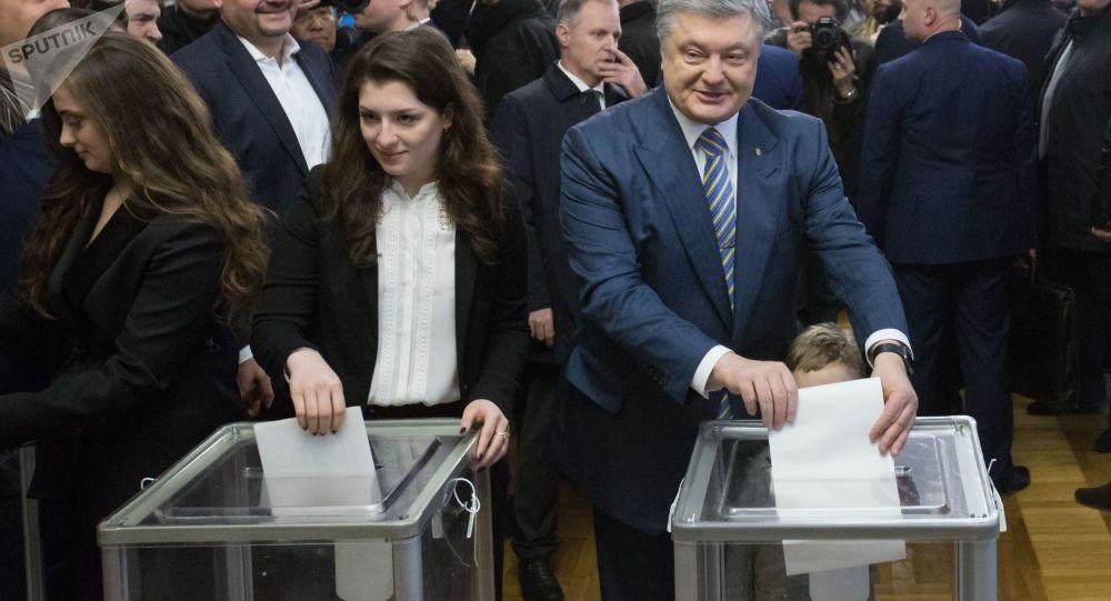 Poroszenko głosuje na wyborach prezydenckich
