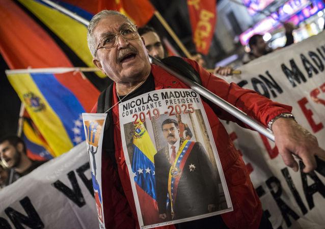 Uczestnik akcji poparcia dla Maduro