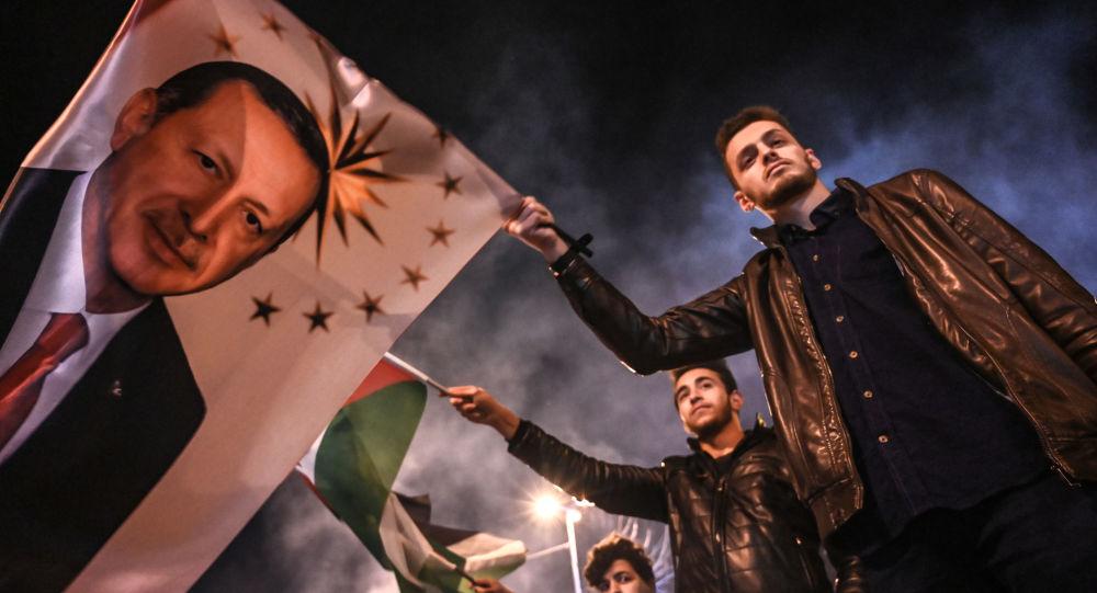 Zwolennicy Partii Sprawiedliwości i Rozwoju (AKP) w Stambule