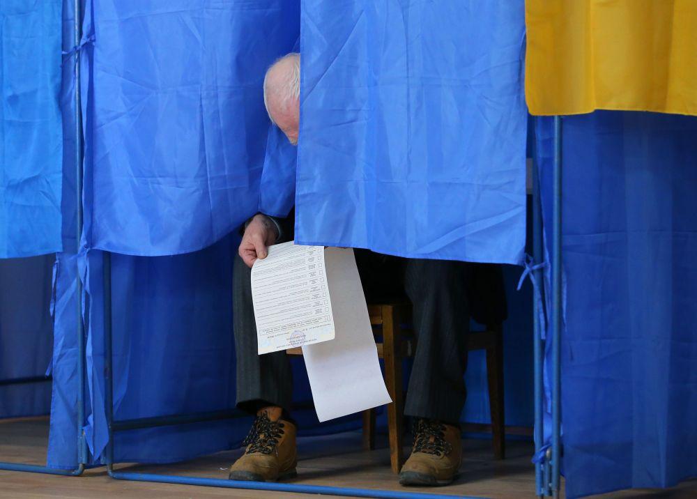 Mieszkaniec Kijowa podczas głosowania na prezydenta Ukrainy w jednym z lokalów wyborczych