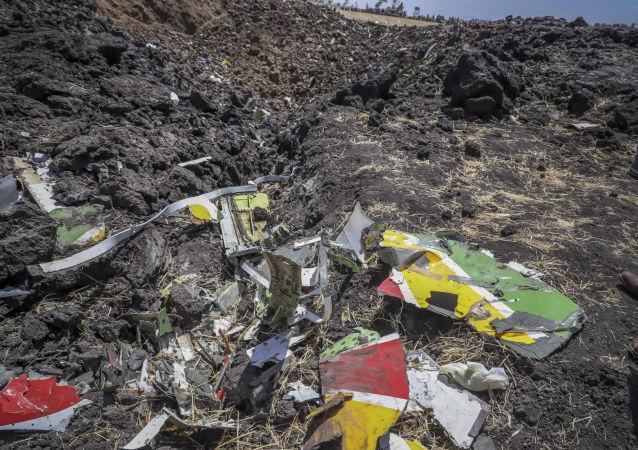 Odłamki na miejscu katastrofy samolotu linii lotniczej Ethiopian Airlines