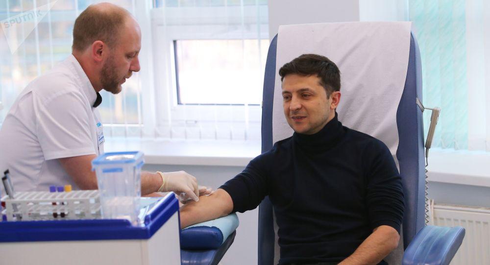 """Kandydat na prezydenta Ukrainy Wołodymyr Zełenski wykonuje test na obecność alkoholu i narkotyków w kijowskiej klinice """"Eurolab"""""""