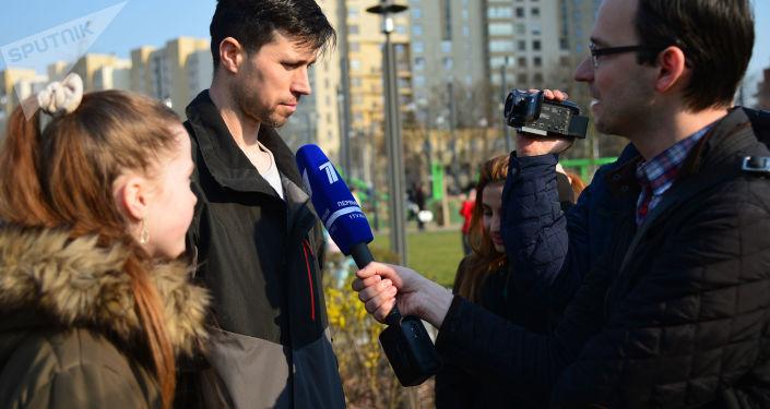 Rosjanin Denis Lisov z córką Sofią w Warszawie