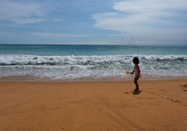 Dziewczyna na plaży Mai Khao plaża na wyspie Phuket w Tajlandii