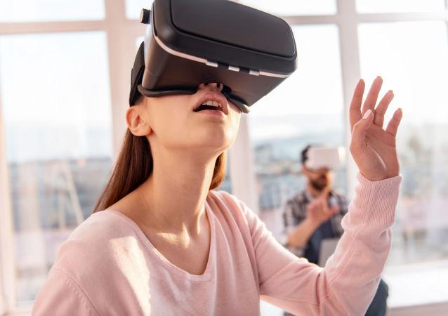 Dziewczyna w okularach wirtualnej rzeczywistości