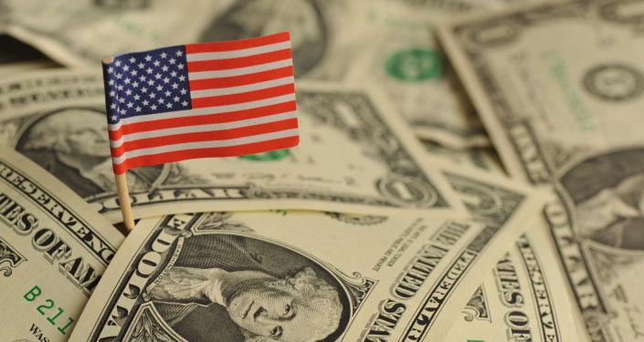 Amerykańska flaga wśród dolarów USA
