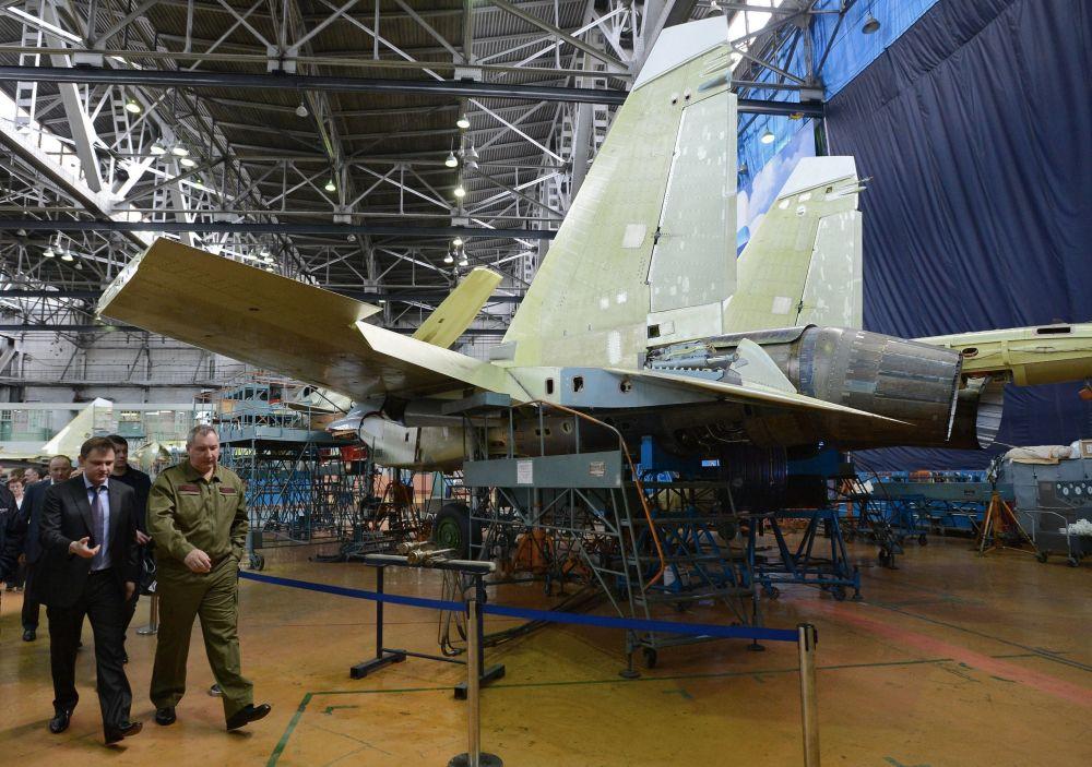 Wicepremier Rosji Dmitrij Rogozin podczas wizyty do fabryki samolotów w Irkutsku