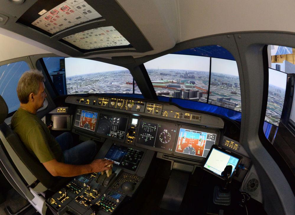 Symulator awiacyjnysamolotu Irkut MS-21 podczas 51. międzynarodowego awiasalonu Paris Air Show