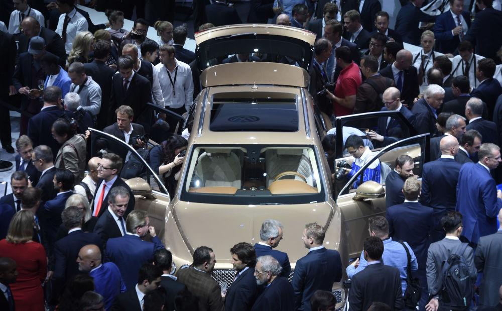 Goście rozglądają nowy Bentley Bentayga luxury SUV podczas Volkswagen group night we Frankfurcie nad Menem