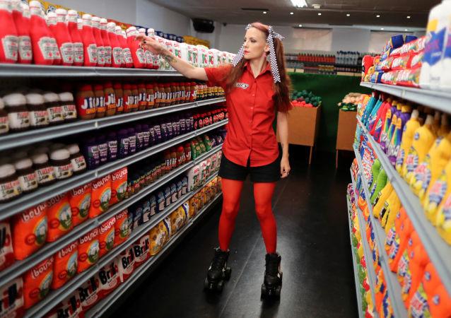 Artystka Lucy Sparrow w swoim supermarkecie