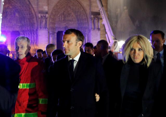 Prezydent Francji Emmanuel Macron i jego żona na miejscu pożaru w katedrze Notre Dame w Paryżu
