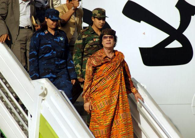 Libijski przywódca Muammar Kaddafi wychodzi z samolotu, 2004 rok