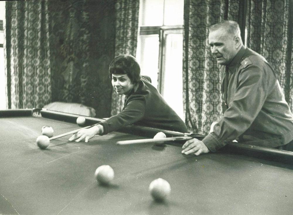 Marszałek Związku Radzieckiego Andriej Jeriomienko z żoną grają w bilard