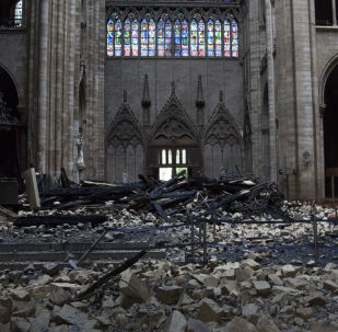 Spalone gruzy w katedrze Notre Dame po pożarze