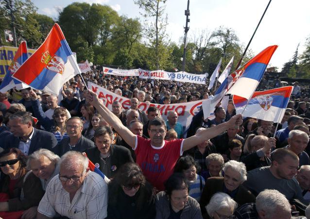Zwolennicy urzędującego prezydenta Serbii na demonstracji w Belgradzie