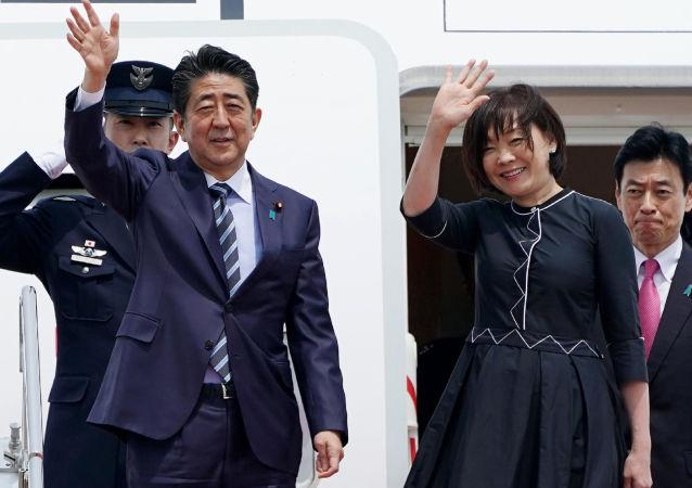 Premier Japonii Shinzo Abe z żoną przed lotem