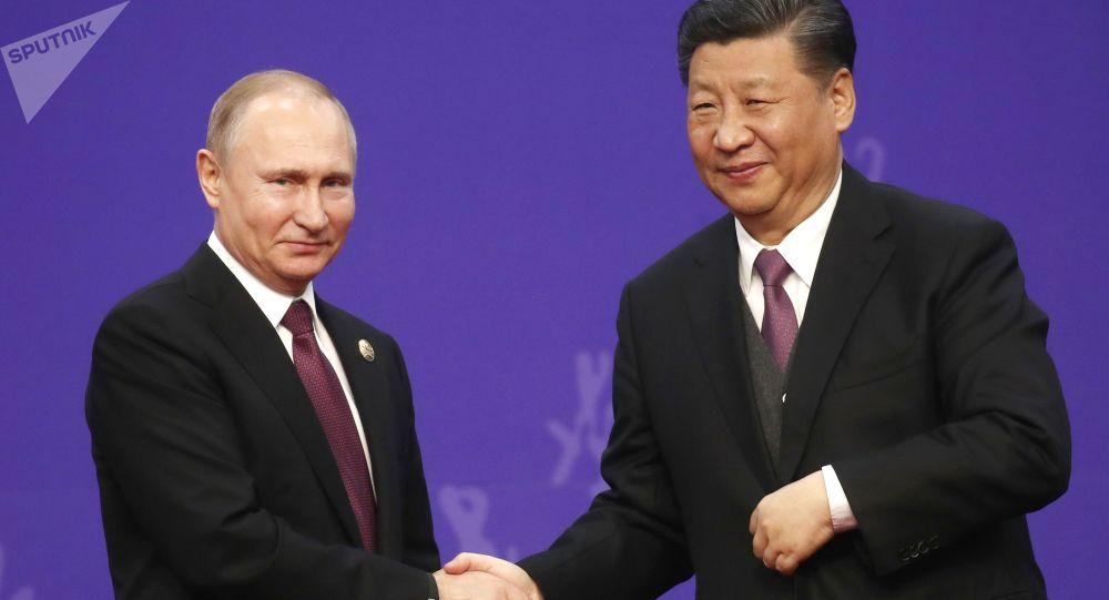 Prezydent Federacji Rosyjskiej Władimir Putin i przewodniczący Chińskiej Republiki Ludowej Xi Jinping podczas ceremonii wręczenia dyplomu honoris causa Uniwersytetu Tsinghua w Pekinie