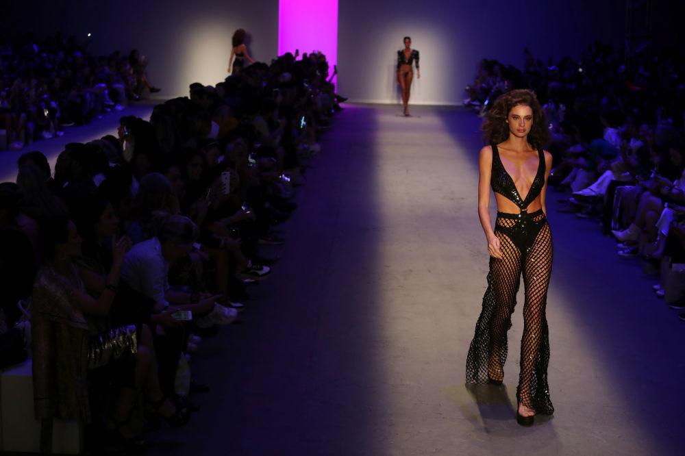 Modelka w stroju kąpielowym Amira Slama w brazylijskim Sao Paulo Fashion Week.
