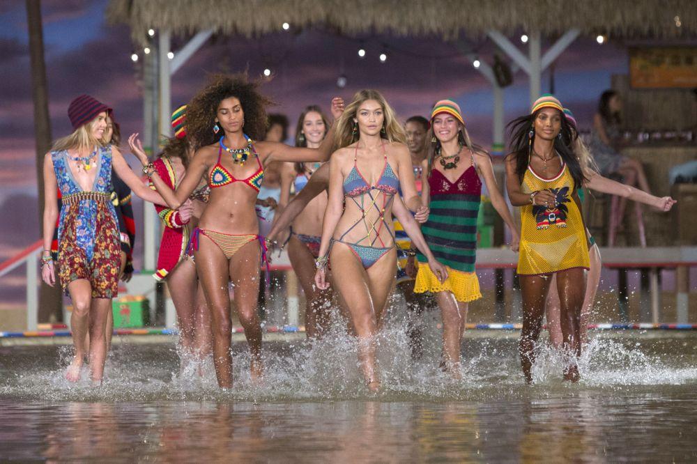 Modelki podczas pokazów New York Fashion Week 2015 w Nowym Jorku