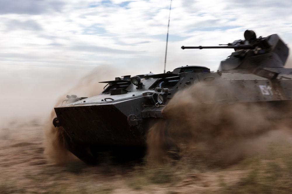 Transporter opancerzony MT-LB podczas ćwiczeń wojskowych Centr-2015 w obwodzie astrachańskim
