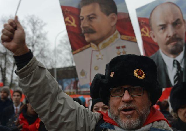 Marsz komunistów w Rosji, rocznica rewolucji październikowej