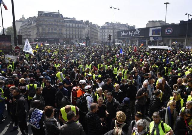 """Członkowie ruchu """"żółte kamizelki"""" podczas pierwszomajowej demonstracji w Paryżu"""