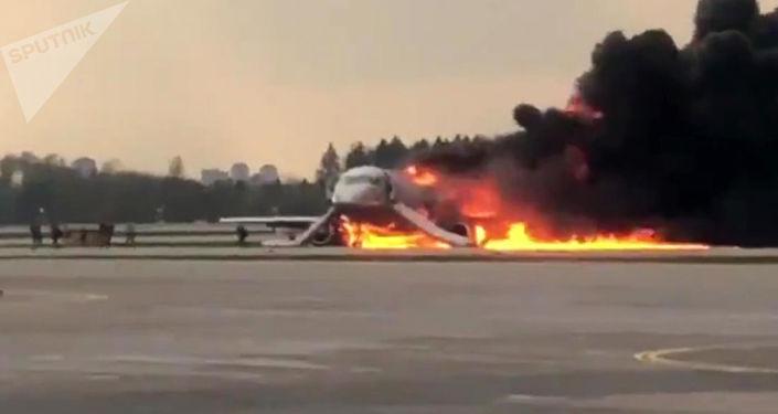 Superjet 100 zapalił się na lotnisku Szeremietiewo w Moskwie