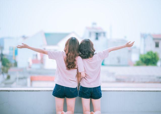Para dziewczyn