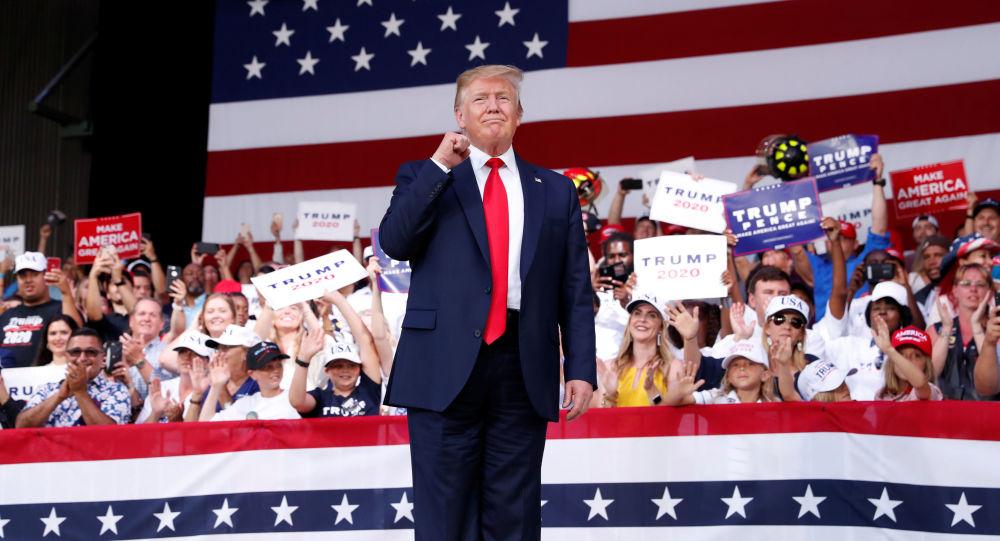 Prezydent USA Donald Trump podczas spotkania ze zwolennikami na Florydzie