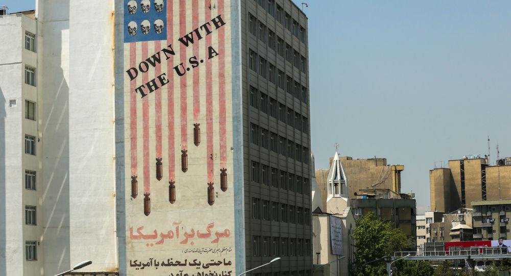 Antyamerykański plakat na ścianie budynku w Teheranie