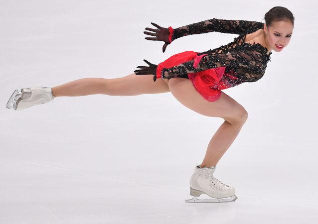 Alina Zagitowa występuje w solowym programie wolnym kobiet w piątym etapie Grand Prix w Moskwie.