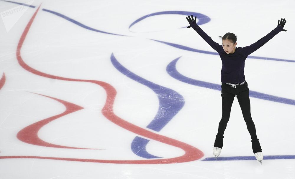 Elizabeth Tursynbajewa z Kazachstanu podczas sesji treningowej przed rozpoczęciem zawodów piątego etapu Grand Prix w łyżwiarstwie figurowym w Moskwie.