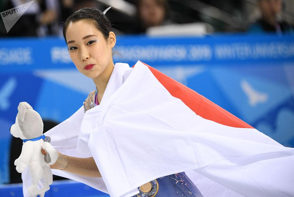 Mai Mikhara (Japonia), która zajęła pierwsze miejsce w łyżwiarstwie pojedynczym kobiet na XXIX Światowej Zimowej Uniwersjadzie 2019, podczas ceremonii wręczenia nagród.