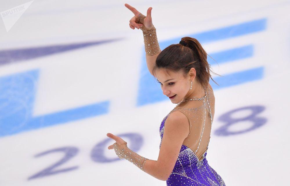 Sofia Samodurowa (Rosja) występuje w wolnym solowym programie łyżwiarskim etapu Grand Prix w łyżwiarstwie figurowym w Moskwie.
