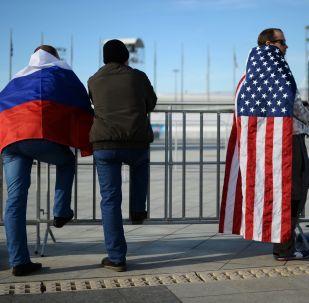 Ludzie z flagami Rosji i USA w Soczi