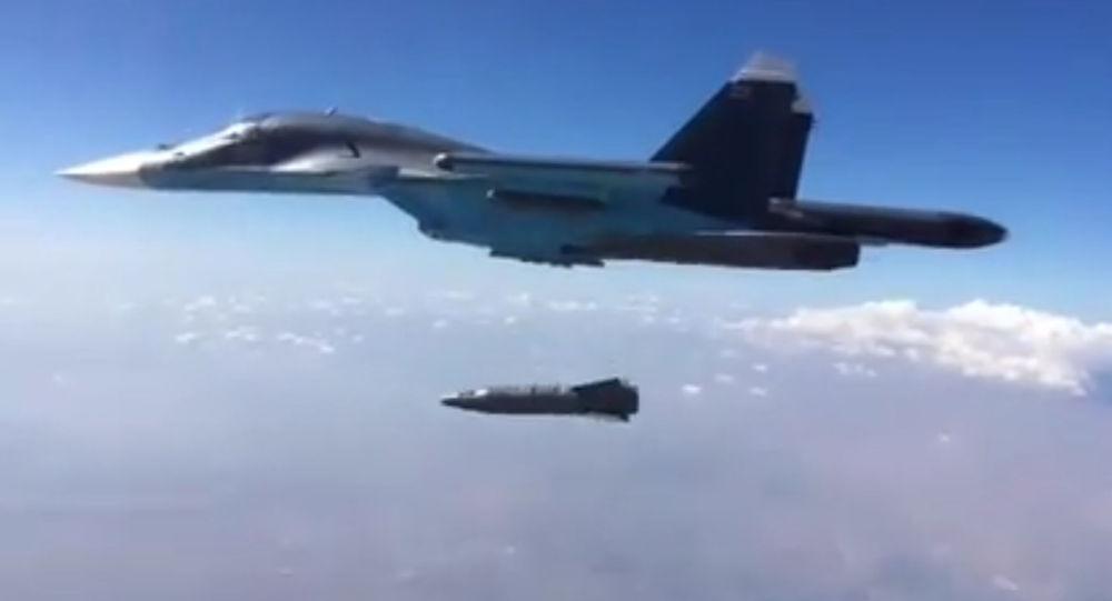 Zrzut przez wielozadaniowy naddźwiękowy bombowiec myśliwski Sił Powietrzno-Kosmicznych Rosji Su-34 naprowadzanej korygowanej bomby KAB-1500PR z laserym naprowadzaniem