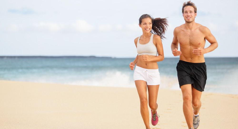 Mężczyzna i kobieta na plaży