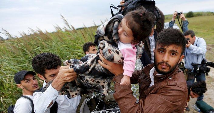 Syryjscy imigranci na węgiersko-serbskiej granicy