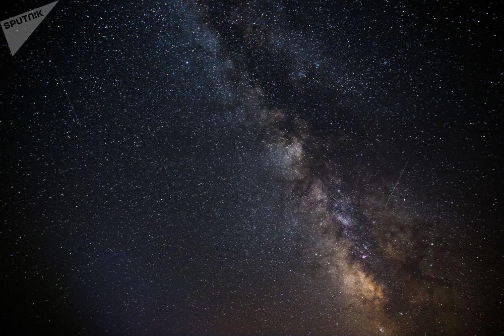 Gwiaździste niebo obserwowane w Kraju Krasnodarskim podczas deszczu Perseidów.