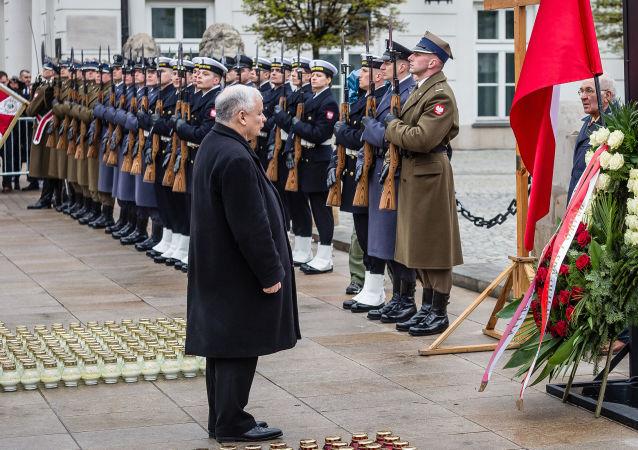 Prezes PiS Jarosław Kaczyński przed pałacem prezydenckim w 6. rocznicę katastrofy smoleńskiej. Warszawa, 10 kwietnia 2016