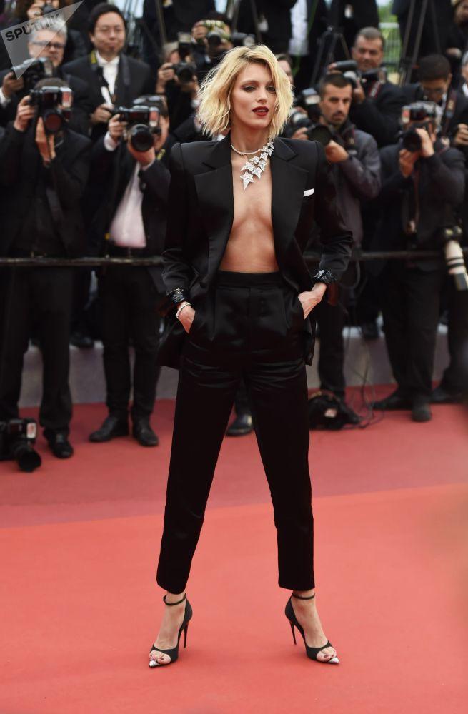 Polska modelka Anja Rubik na czerwonym dywanie na 72. Międzynarodowym Festiwalu Filmowym w Cannes.