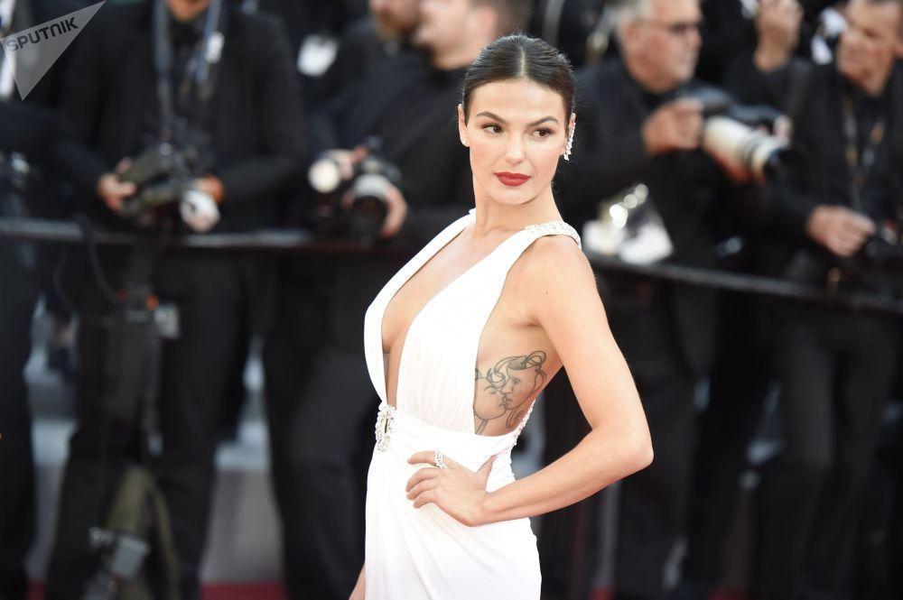 Aktorka Isis Valverde na czerwonym dywanie 72. Międzynarodowego Festiwalu Filmowego w Cannes.
