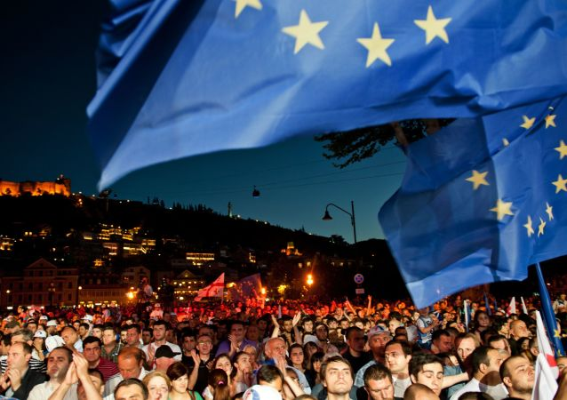 Obywatele świętują podpisanie umowy stowarzyszeniowej z Unią Europejską na placu Europy w Tbilisi, 2014 rok