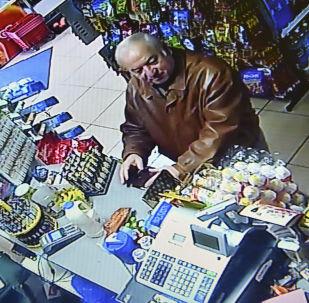 Były pułkownik GRU Sergey Skripal, nakręcony w sklepie spożywczym w angielskim mieście Salisbury. Archiwalne zdjęcie