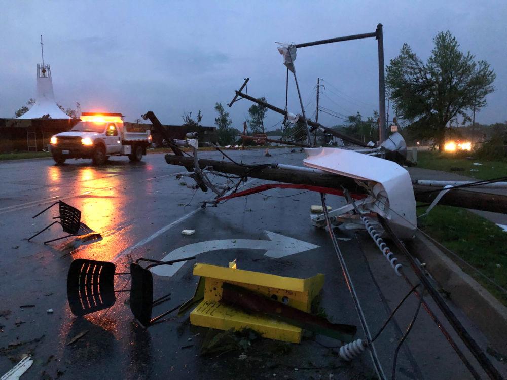 Skutki śmiercionośnego tornada w USA