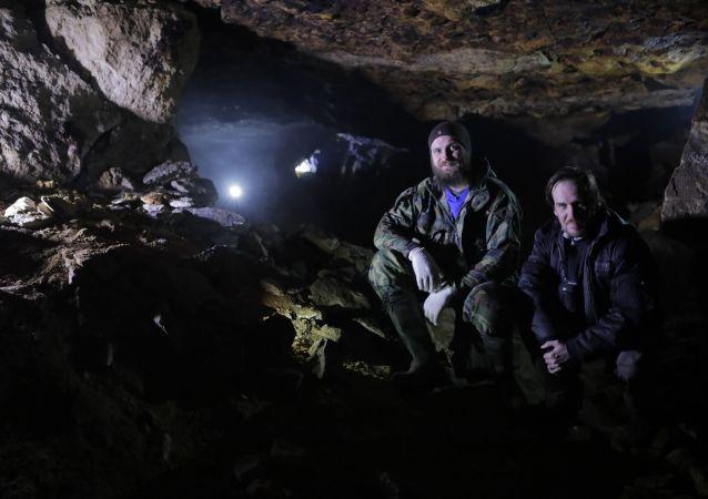 Rosyjski ufolog Nikołaj Subbotin podczas wyprawy