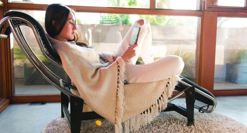 Dziewczyna czyta elektroniczną książkę
